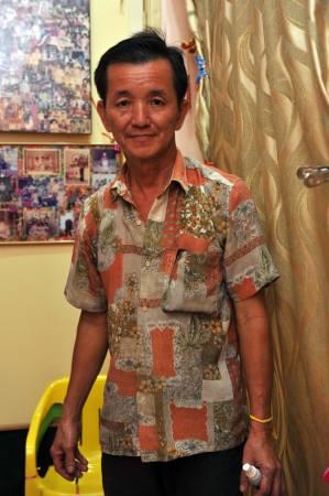 丈夫吴世清也帮桦姐替患者做推拿。