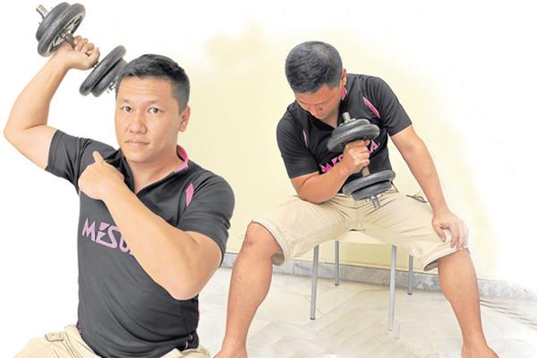一有空闲,萧汉铭就会在家拿起哑铃锻炼手臂肌肉。