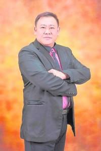 """五行密码创富风水大师陈凯丰老师,所独门自创的""""致富三宝""""帮助许多人脱贫,他每到一处开班皆场场爆满,受到人们的热烈欢迎。"""