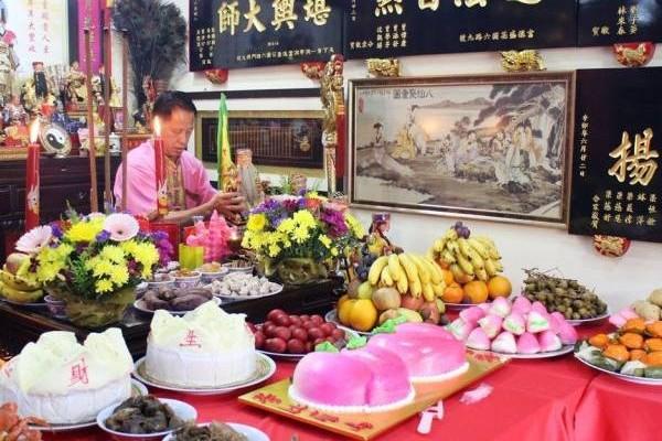 吴佰霖道长擅长于勘察阴宅风水,他也表示,如果祖坟的风水不好,都会影响到后代子孙。