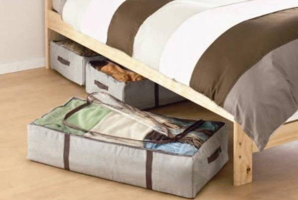 将旧物收藏在床底下,易会滋生病菌,影响健康。