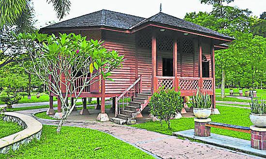 山林内朴实无华的马来高脚屋却很稳固。