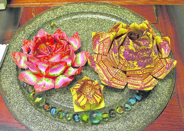 一瓣一瓣的莲花,都是经过佛号与诚心而折出,难怪莲花如此漂亮扎实。