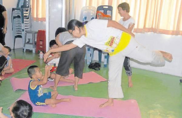 黑金刚(蓝衣)和妈妈燕香在上瑜伽课。