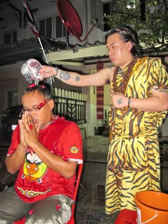 我国泰佛寺举办大法会,特别盛情邀请阿占文雅利为信徒冲花凉及祈福。