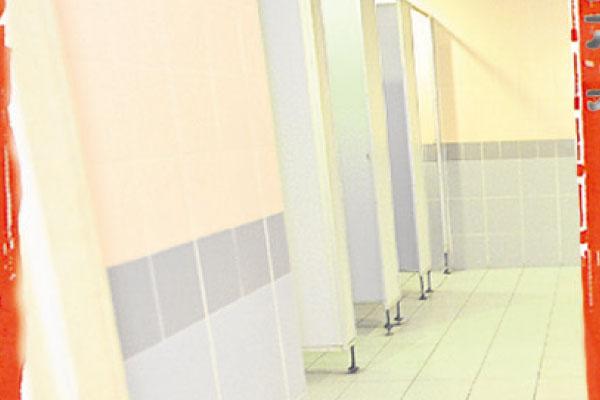 不少员工在如厕时听见有人在唱歌、冲凉。