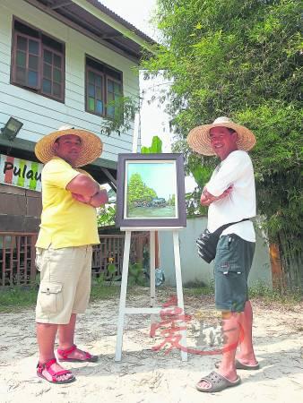 驻村计划的倡议人古天发(右)与台湾鼻笛演奏家鲁凯(左)在浮罗山背相见欢。