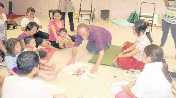 经过一段时间的推广后,许多家长与孩子一起学瑜伽。
