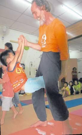 上瑜伽课时,平常只会坐在一旁的黑金刚,终于主动参与。