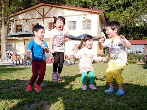 农历七月阴气重,小孩很容易碰到'肮脏'东西,太阳下山后最好不要让他们在外玩乐。