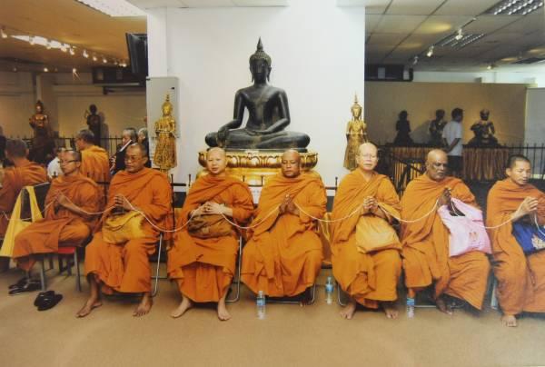 """在""""新加坡古佛佛行""""开幕当天,请来新加坡12位暹庙主持,以及泰国7大高僧合力发功开光加持后,使得古佛像的能量,已经强大到一个无法想象的程度!"""
