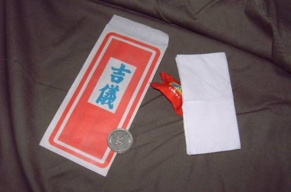 吉仪里会有一张纸巾、一粒糖和一令吉,这些物品需当天用完,不得带回家,以免招惹恶运。