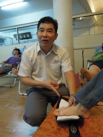 尤祖億医师表示,他是利用草药治疗法,然后针对病人的病痛根源,透过自然植物仪器把药物输送到人体,这可免除打针、吃药、针灸等之苦。