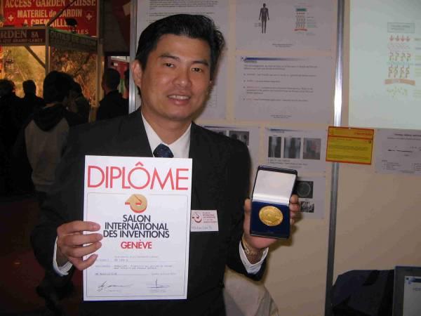 尤祖億医师综合中医概念,成功研发出TRANSDERMAL HERBAL APPLICATOR,并获得第33届瑞士日内瓦金奖国际认证文凭。