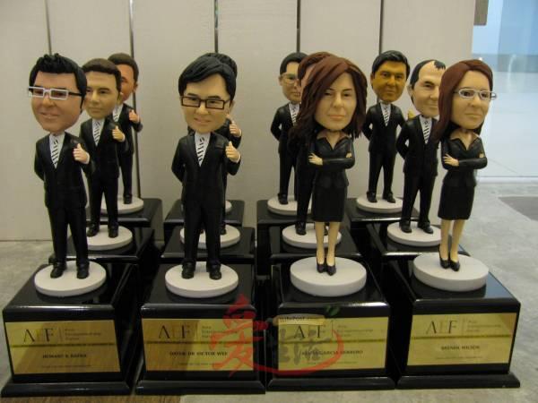 一些企业也以塑型公仔奖杯奖励员工。