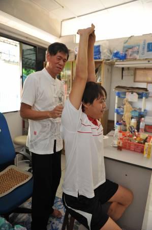 帮病患调整脊椎问题的同时,郭医师也会要求他们回去做些运动,避免情况再发生。