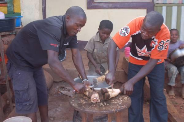 """坦桑尼亚还有一种汤,会加入牛羊的心、肝、肺、胃、头或蹄,肯定能""""以形补形""""。"""