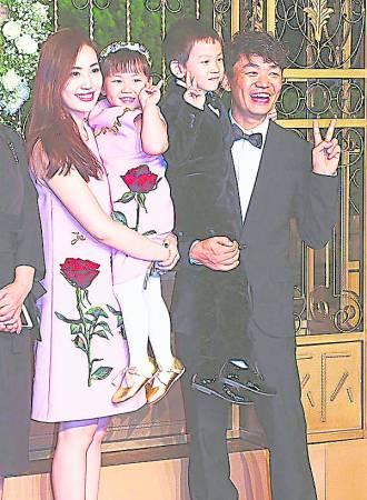 王宝强一家4 口本来十分幸福快乐,没想到却因妻子搞上自己经纪人而闹得家庭破裂,令人遗憾, 也为王宝强不值。)