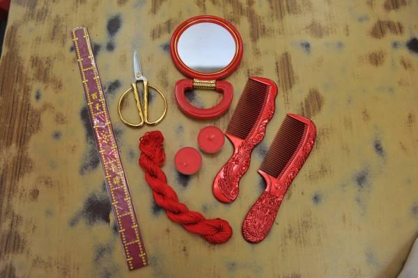 进行上头仪式需准备一把新的剪刀、龙凤梳(龙为男;凤为女)、一面镜子和一对龙凤烛。