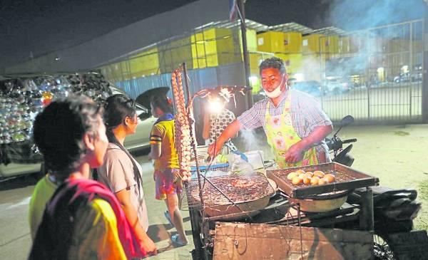 货柜村里有小食摊,不在家煮饭的,就在这里买晚餐。