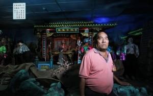 """五十七岁的杨清辉在台南代天府任职13年,负责管理府内""""十八地狱""""设施,穿梭在阴暗的""""地狱""""里,他对于骇人的行刑场面早已习惯,扫地板、整理造景、清理垃圾,是名符其实的""""在地狱上班的男人""""。"""