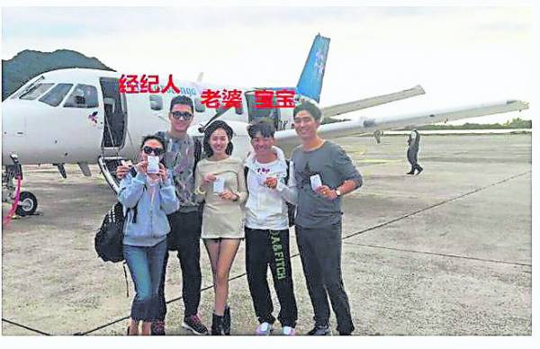 去年10 月的这张合照中,王宝强老婆马蓉(左三)黏着宋喆站,比老公王宝强更亲密,当时就有网友质疑。)
