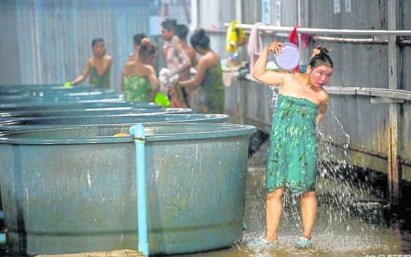 洗澡和打水都需要去公共区域,没有遮挡,人们一般会裹着沙笼去洗澡。