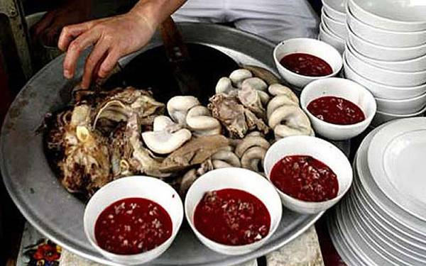 这一碗碗红色的汤,其实是越南人用鹅血、内脏、草药和花生煮成的汤,看了让人不寒而栗。