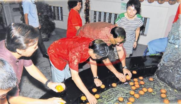每逢大年初一至初八,许多信徒会到青龙聚宝池捞柑,祈求在新的一年里事业上能够捞得风生水起,大吉大利。