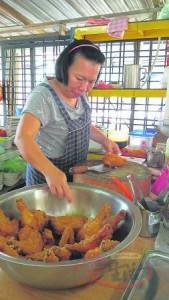 老板娘对炸鸡品质的高要求和坚持,还会亲自腌制鸡肉。 鹅唛鸡王炸鸡饭 Jalan Prima Setapak 7, Off Jalan Genting Klang, 53300 Kuala Lumpur. 电话:012-619 2676 营业时间:早上10点至下午4点(星期二休息) GPS导航:3.198864, 101.710513
