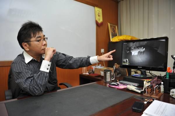 林津里指着电脑荧幕要记者见证奇迹!