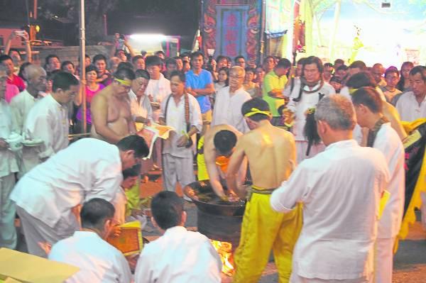 每年农历九月初一到初九,灵应殿都会举行迎接和欢送九皇大帝的盛大庆典活动。