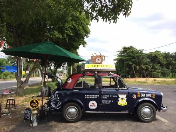 有个古董车热爱份子,竟把老爷车改装成咖啡馆,然后每天驾着它到处卖咖啡,吸引了许多顾客上门。