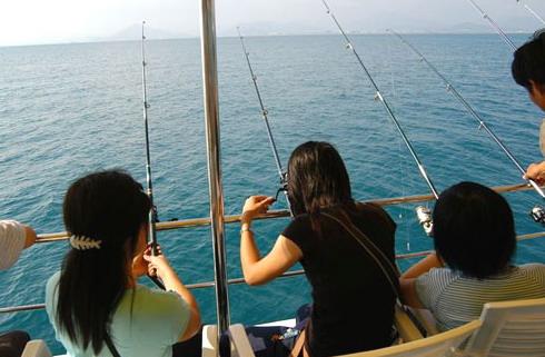 出海钓螃蟹,钓鱼友会各自选一名合眼缘的女伴上船,船出了海后,女伴会陪钓鱼发烧友钓鱼,犹如热恋中的男女。
