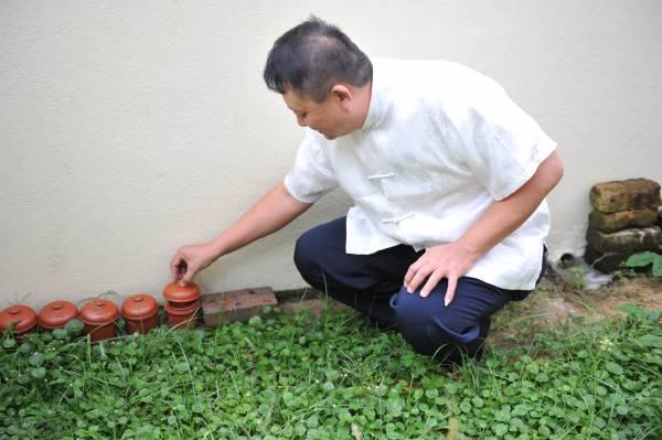 十二生肖瓮不但可摆在家也可摆在庭院,但为免被雨淋,摆在庭院必须找有盖子的瓮,以保护内里的灵物。