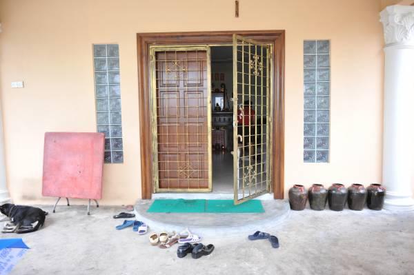 大门旁左手边摆五福临门招财宝阵,可让家人身体健康。