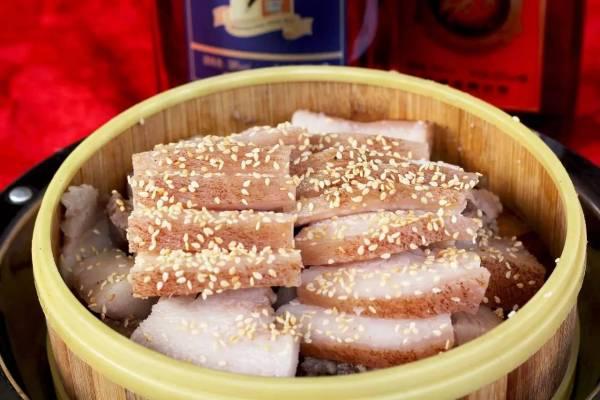 """均安蒸猪也称为""""福肉"""",以求全村人获得庇佑,共享殷实饱餐。"""