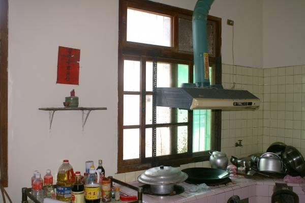 灶神是掌管人间的饮食之神,把灶君神供奉在厨房的南方,代表一家人丰衣足食!