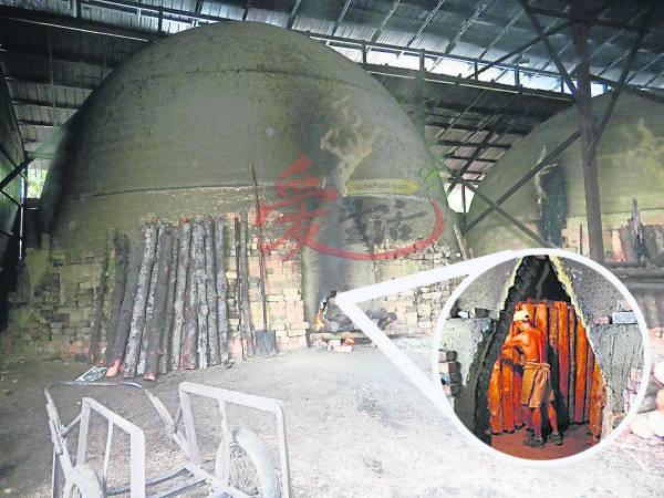 工人将树桐放进炭窑后,将树桐的水气完全蒸发,就能制作出木炭了。
