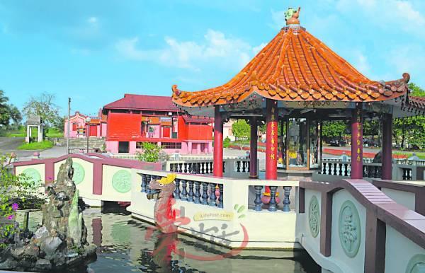 八仙亭伫立在长寿、福禄、福贵、财源四桥中,桥下潺鲤鱼畅游。
