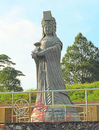 绿草如茵的天后花园内,拥有一座18尺高的天后圣母雕像,也是全马最大的天后圣母雕像。