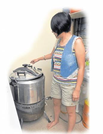 张钰莉每次都将瓶子进行消毒后再装进营养液,让植物在瓶子里成长。