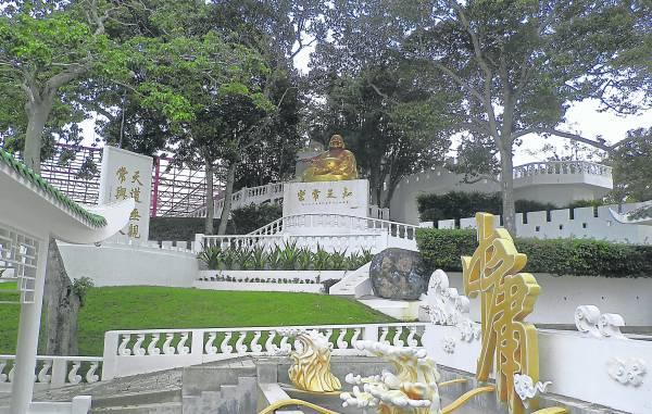 """""""圣城""""入门,设有一个金色的""""中庸""""两字,讲求中庸之道,集三教于一处,不偏于那一门宗教,推崇各有所需。"""