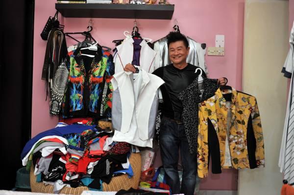 周彦利的衣物比老婆还要多,而且他的衣物全都经过加工,因此独一无二,绝不怕会跟别人撞衫。