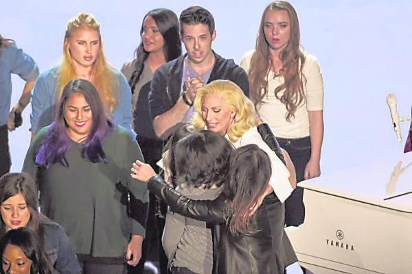今年的奥斯卡典礼上,女神卡卡担任表演嘉宾,在台上与一群性侵幸存者相拥。十年前,女神卡卡也是性侵受害者,故感同身受。