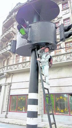 电影《功夫》里出现的红绿灯,周星驰在这里打出许多手掌印。