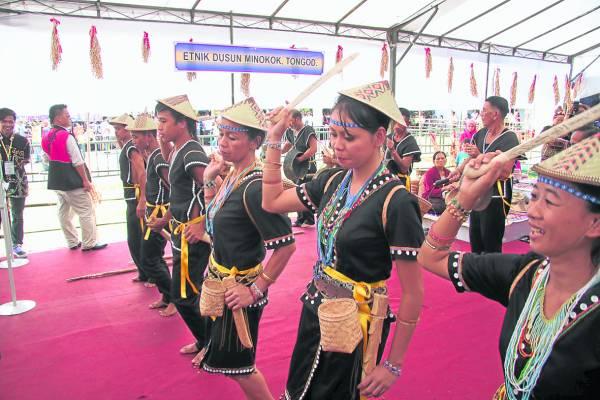 杜顺(Dusun)族人表演他们的民族传统舞蹈。