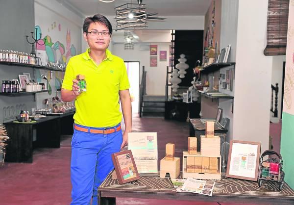 留法回国后的李骏逸,在化妆品与香水制造行业工作了十年后,决定自创品牌,第一瓶香水即向家乡致敬,推出全马首瓶城市味道香水George Town。