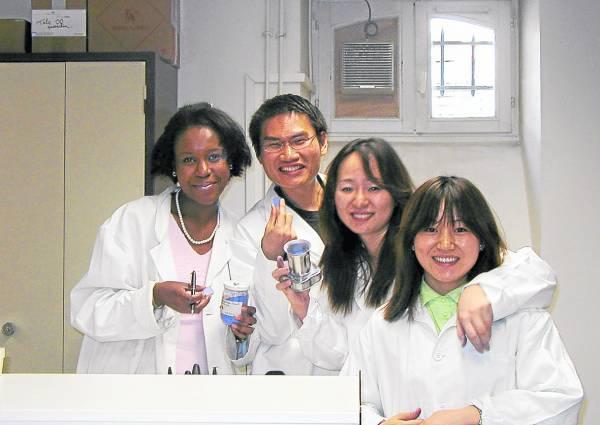 李骏逸毕业后获得法国凡尔赛的高级香水学院ISIPCA录取为第一批国际学生,修读欧洲香水与化妆品硕士课程。