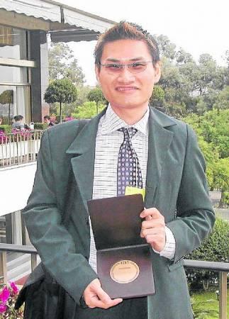 李骏逸在校的优异表现,也让他获得精油与芳香贸易国际联盟颁发的最佳学生奖。